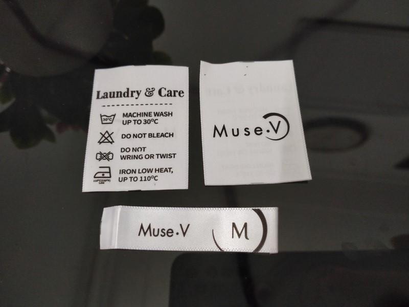 Bộ nhãn mác vải gồm mác gắn cổ và mác hướng dẫn sử dụng in satin